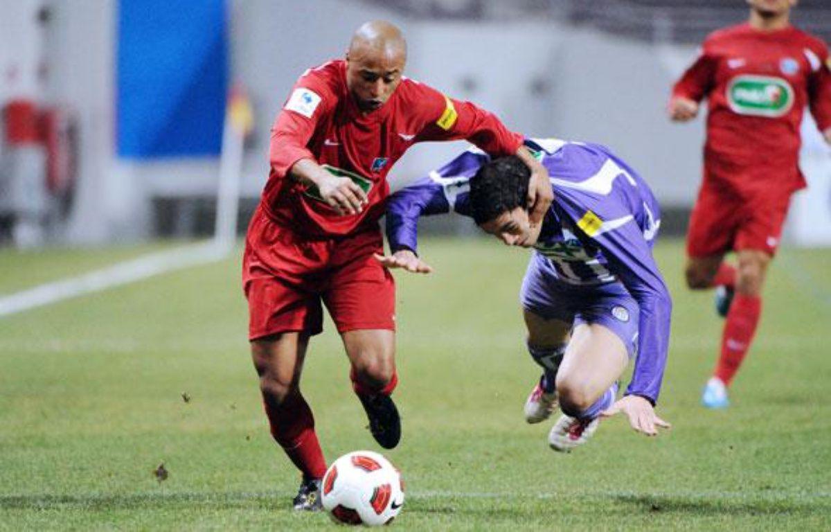 L'attaquant parisien (à g.) Abdelmounaim El Hajaoui à la lutte avec le défenseur toulousain Antoine Ponroy le 7 janvier 2011 à Toulouse. – PASCAL PAVANI/AFP