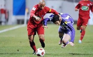 L'attaquant parisien (à g.) Abdelmounaim El Hajaoui à la lutte avec le défenseur toulousain Antoine Ponroy le 7 janvier 2011 à Toulouse.