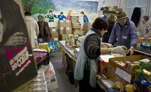 """Une centaine de salariés de Securitas France, jugeant le montant de leur prime """"dividende"""" de 8 euros """"indécent"""", ont remis jeudi un chèque de près de 800 euros aux Restos du coeur"""
