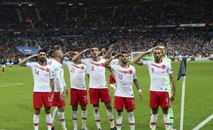 Les joueurs turcs ont à nouveau effectué un salut militaire en soutien à leurs soldats engagés en Syrie.
