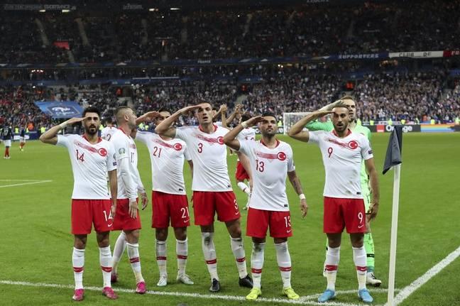 Les joueurs turcs ont à nouveau effectué un salut militaire après avoir marqué.