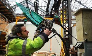 Un technicien des Machines de l'île travaille sur le Colibri géant.