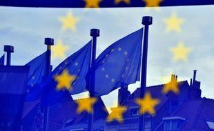 Des drapeaux européens flottent dans le ciel de Bruxelles, le 21 mai 2014