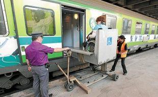 Des plateformes élévatrices sont utilisées pour permettre l'accès des personnes à mobilité réduite à bord des trains.