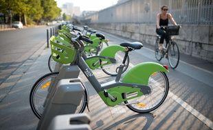 Le 16 juillet 2018, à Paris. Des vélos Vélib' attachés à leurs bornes, boulevard de Bercy, dans le 12e arrondissement.