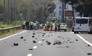 Des «gilets jaunes» bloquent l'entrée de Saint-Denis, chef-lieu de La Réunion, lundi 19 novembre 2018.