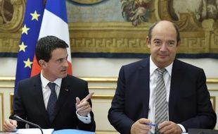 Le Premier ministre Manuel Valls (g) et son conseiller social Gilles Gateau, le 9 octobre 2015 à Paris