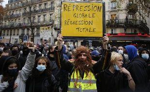 Des manifestants dont la loi Sécurité globale, samedi 12 décembre à Paris.