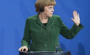 La chancelière allemande Angela Merkel, qui prône un salaire minimum négocié branche par branche en Allemagne, a redit son opposition ferme à un salaire plancher généralisé, y voyant la cause du chômage dans certains pays d'Europe, dans un entretien jeudi au journal Bild Zeitung.
