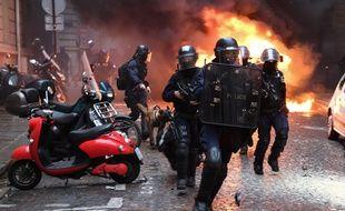 Intervention sur les Champs-Elysées pendant la mobilisation des «gilets jaunes», le 8 décembre 2018.