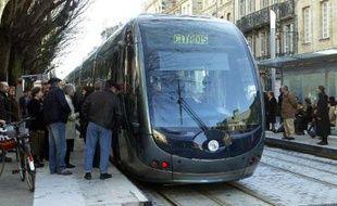 Le tramway de Bordeaux, le 21 décembre 2003 à la station Peyberland sur la place de l'Hôtel de Ville
