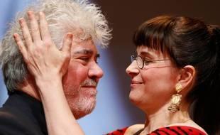 LYON, le 17/10/2014 Juliette BINOCHE felicite Pedro ALMODOVAR lors de la soiree de remise du prix Lumiere pendant le festival Lumiere/ELSNER_1300.17/Credit:Fabrice Elsner/SIPA/1410181333