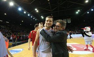 Strasbourg, le 23 mars 2013. - Kyle Weems, auteur de 35 points, félicité par le président de la SIG Martial Bellon. Strasbourg se qualifie pour les demi-finales de l'Eurocoupe en éliminant Nizhny Novgorod (85-94, 91-91 ap.).