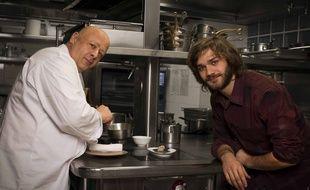 Le chef Thierry Marx et le héros de la série «Marco Polo» Lorenzo Richelmy dans les cuisines du Camelia, le restaurant du Mandarin Oriental.