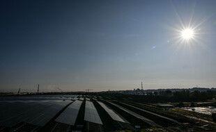 Vue générale du chantier de construction de la centrale de Labarde à Bordeaux, qui sera la plus grande centrale solaire urbaine d'Europe, le 23 septembre 2020.