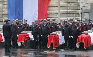 Emmanuel Macron se recueillant devant les cercueils des quatre victimes de l'attaque de la préfecture.