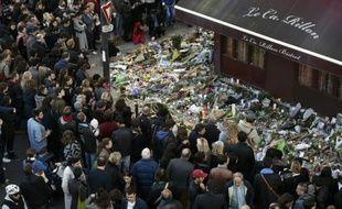 """Hommage le 15 novembre 2015 aux victimes des attentats autour du restaurant """"Le Carillon"""", à Paris"""