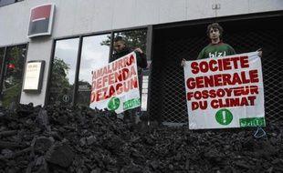 Association de militants écologistes manifestant devant une filiale de la Société générale, banque qui soutient financièrement le projet minier Alpha Coal en Australie, le 2 juin 2014 à Bayonne