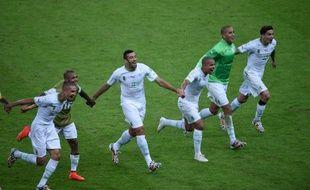 Les joueurs de l'équipe d'Algérie célèbrent leur victoire contre la Corée du Sud, le 22 juin 2014, à Porto Alegre.