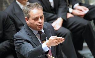 """Le ministre du Travail, Xavier Bertrand, a estimé jeudi que l'emploi ne devait pas être """"une variable d'ajustement"""" pour le constructeur PSA Peugeot Citroën, soulignant que les suppressions postes en Europe devaient être """"justifiée"""" et les salariés """"respectés""""."""