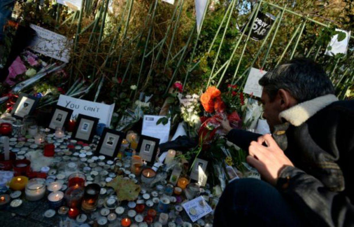 Des fleurs en hommage aux victimes du Bataclan déposées le 15 novembre 2015 devant l'établissement à Paris – MIGUEL MEDINA AFP