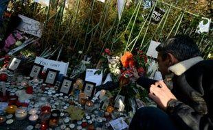 Des fleurs en hommage aux victimes du Bataclan déposées le 15 novembre 2015 devant l'établissement à Paris