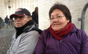 Maggie et Marco Pazmino, originaires de Quito, en Equateur, attendent sur la place Saint-Pierre l'élection d'un nouveau pape, le 13 mars 2013.