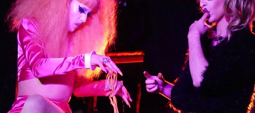 Les drags-queens Angora von Lear et Etoile de Merde lors d'un show à La Mano à Paris
