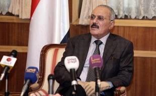 Le président yéménite Ali Abdallah Saleh, en passe de quitter le pouvoir sous la pression de la rue, a demandé pardon à ses compatriotes pour les erreurs de ses 33 ans de règne, avant son départ pour Oman en route pour les Etats-Unis.