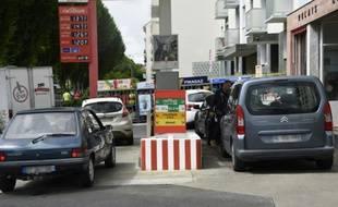 Des automobilistes patientent pour faire le plein à Rennes le 20 mai 2016