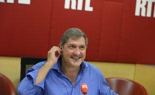 Yves Calvi présente la matinale sur RTL