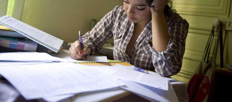 Une étudiante en train de réviser (illustration).