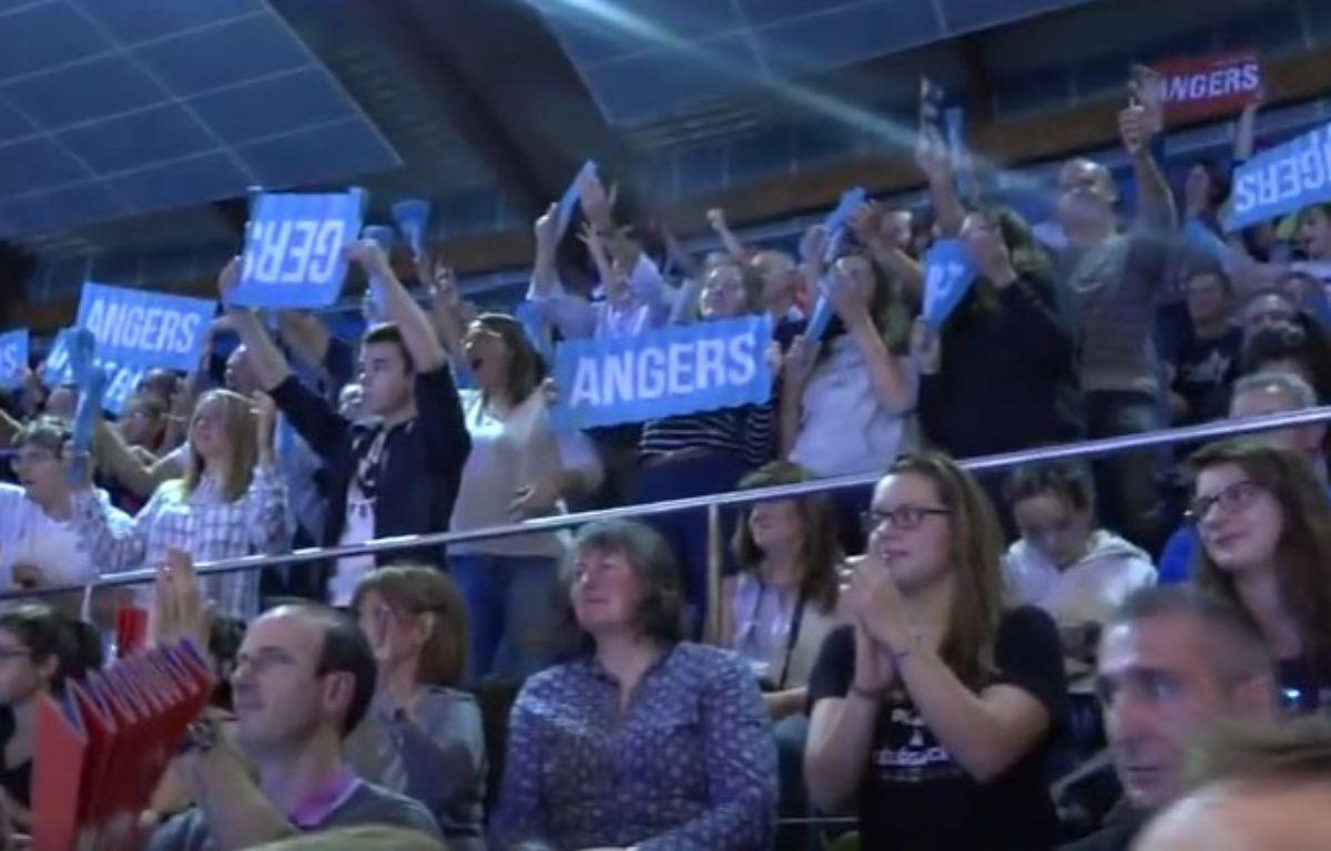 Les spectateurs des championnats de France se sont prêtés au jeu. – Capture d'écran de la vidéo