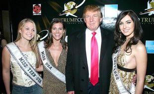 Donald Trump entouré de ses Miss (Teen USA, USA et Univers) en 2005.