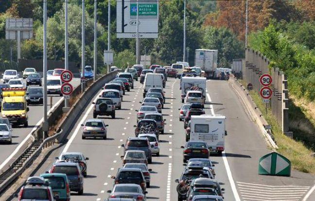 Des automobilistes circulent au ralenti sur la rocade de Bordeaux le 1er août 2009.