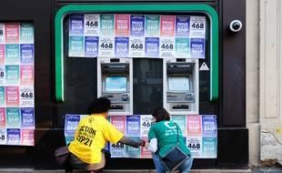 Un an après les Panama Papers, plusieurs agences de BNP Paribas ont été recouvertes lundi 3 avril 2017 par 468 affichettes en référence à la création par la banque de 468 sociétés offshore dans les paradis fiscaux.