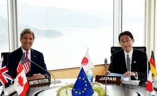 Le chef de la diplomatie américaine John Kerry et son homologue japonais Fumio Kishida à Hiroshima, le 10 avril 2016.