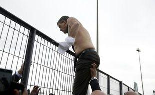 Le DRH d'Air France Xavier Broseta quitte les bureaux de la compagnie à Roissy en escaladant une grille après avoir été pris à partie par des salariés, le 5 octobre 2015