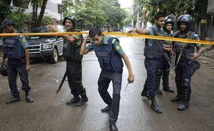 Des policiers après l'attaque de Daesh au Bangladesh le 1er juillet 2016