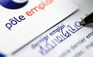 """Le nombre de demandeurs d'emploi inscrits fin octobre, attendu mardi, s'annonce en hausse pour le 18ème mois consécutif, François Hollande ayant prévenu que le chômage augmenterait pendant encore un an, le temps de """"concentrer les armes"""" nécessaires à inverser la tendance."""