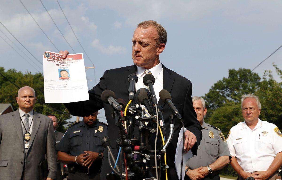 Un agent du FBI montre une fiche d'informations sur le tireur, James Hodgkinson, à Alexandria le 14 juin 2017. – Alex Brandon/AP/SIPA