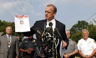 Un agent du FBI montre une fiche d'informations sur le tireur, James Hodgkinson, à Alexandria le 14 juin 2017.