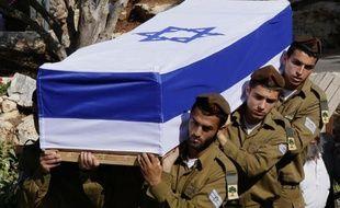 Des soldats israéliens portent le cercueil de l'un des leurs, morts durant l'offensive de l'armée dans la bande de Gaza, le 21 juillet 2014 à Jérusalem