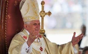 Après la polémique sur le préservatif, le premier voyage du pape Benoît XVI en Afrique a pris une tournure plus consensuelle jeudi avec une messe célébrée devant plus de 60.000 personnes à Yaoundé et une homélie consacrée aux pauvres et aux victimes de violences.