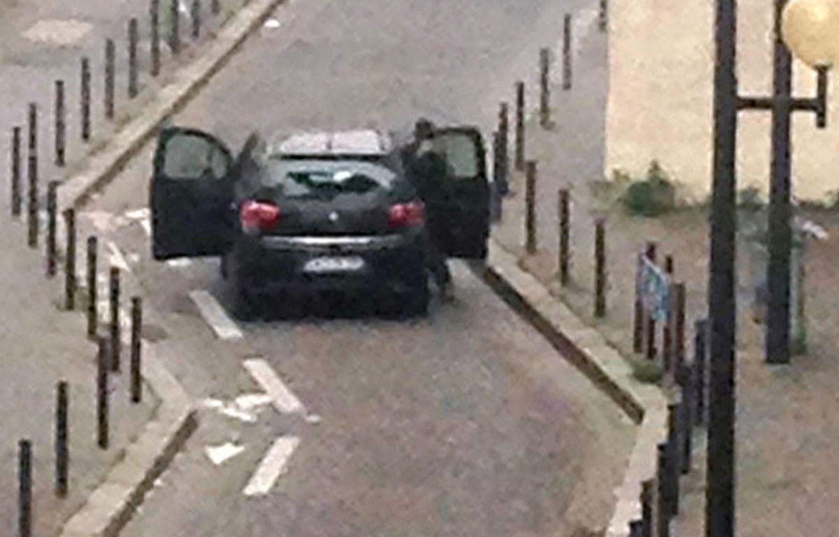 La voiture des auteurs de l'attaque contre Charlie Hebdo, le 7 janvier 2015, à Paris. – ANNE GELBARD / AFP