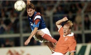 Fabrice Divert face à Ronald Koeman, lors du France-Pays-Bas disputé le 5 juin 1992.