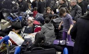 Le mouvement de grève des agents de sûreté aéroportuaire, chargés du contrôle avant l'embarquement, qui provoque depuis vendredi des annulations de vols à Lyon et des retards à Roissy et Toulouse, devrait se poursuivre dimanche, au deuxième jour des vacances de Noël.