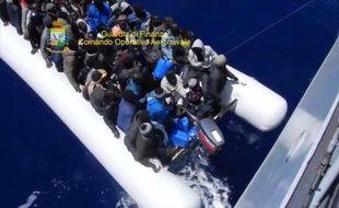 Des migrants secourus lors d'une opération italienne au large de la Sicile le 14 mai 2015