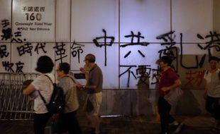 Des manifestants ont jeté des oeufs et inscrit des graffitis sur la façadedu bureau de liaison du gouvernement central chinois à Hong Kong