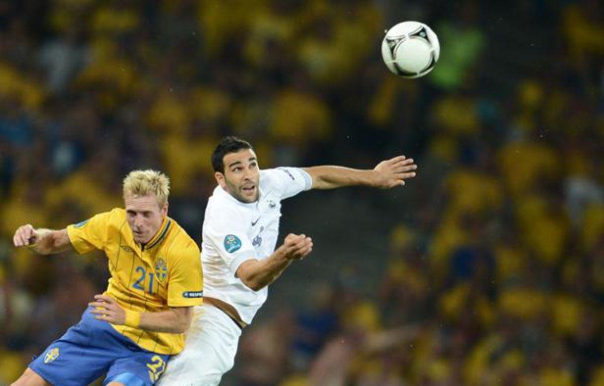 Le défenseur français Adil Rami (en blanc) lors de la défaite des Bleus contre la Suède à l'Euro, le 19 juin 2012 à Kiev. – F.Fife/AFP